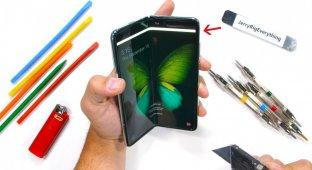 Блогер показал, легко ли сломать складной Galaxy Fold